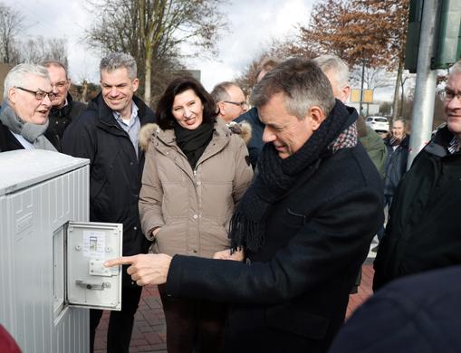 Bürgermeister Christoph Tesche schaltet die Ampelschaltung ein.