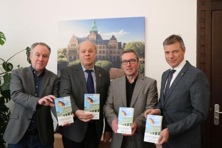 Gemeinsam mit den Autoren Dr. Matthias Kordes, Georg Möllers und Jürgen Pohl präsentiert Bürgermeister Christoph Tesche die neue Broschüre zu den Spuren der deutschen Demokratiegeschichte in Recklinghausen. Foto - Stadt RE