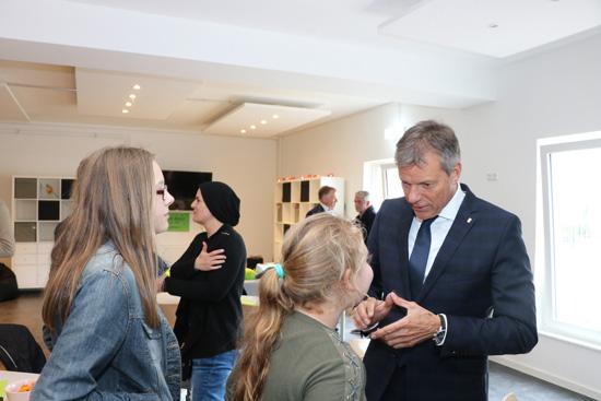 Bürgermeister Christoph Tesche kam auf der offiziellen Einweihungsfeier des Mädchentreffs Laguna mit den Besucherinnen ins Gespräch.