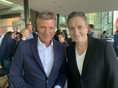 Bürgermeister Christoph Tesche begrüßte am 1. April beim Empfang im Bistro des Ruhrfestspielhauses den diesjährigen Hurz-Preisträger Dieter Nuhr.