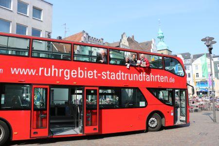 Auf dem Altstadtmarkt stellten Stefan Tigges, Stadtführer Klaus Weberskirch, Georg Gabriel und Busfahrer Thomas Kiefer  das Programm der Stadtrundfahrten vor. Foto Stadt RE