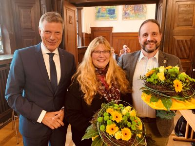 Blumen gab es zu Beginn der Ratssitzung am Montag für Birgit Mendyka und ihren Nachfolger Thomas Walder aus den Händen von Bürgermeister Christoph Tesche. Foto Stadt RE