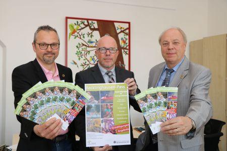 Fachbereichsleiter Volker Thiel, sein Stellvertreter Michael Fechner und der Erste Beigeordnete Georg Möllers  stellten den neuen Info-Flyer zum Recklinghausen-Pass vor. Foto Stadt RE