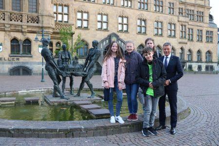 Bürgermeister Christoph Tesche freute sich über den Besuch von Paula Becker, Sophia Tschierschke, Jonas Janz und Luke Rehberg. Foto Stadt Recklinghausen