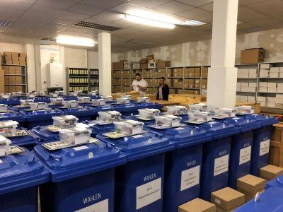 Pressefoto Die Mitarbeiter des Wahlamts bereiten alles für die Einrichtung der Wahllokale vor.