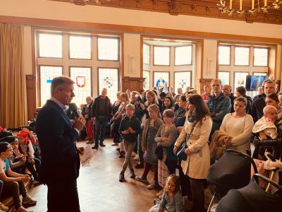 Pressefoto -  Bürgermeister Christoph Tesche begrüßte im großen Saal des Willy-Brandt-Hauses die Kinder des JeKits-Chors und die Besucher, die zum Tag der Städtebauförderung gekommen waren.