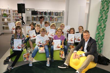 Pressefoto Bürgermeister Christoph Tesche mit Bibliothekarin Anke Link und den Finalisten des diesjährigen Vorlesewettbewerbs.
