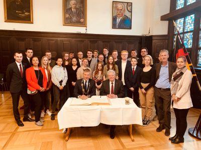Pressefoto Joachim Gauck trug sich in das goldene Buch der Stadt Recklinghausen ein.