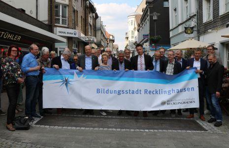 Pressefoto  Vertreter aus Politik und Verwaltung sowie verschiedene Schulleiter aus Recklinghausen enthüllten am Donnerstag, 23. Mai, die Bronzeplatte am Standort des ehemaligen Steintors.