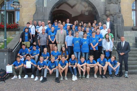 Auf der Rathaustreppe stellten sich die Schulsporthelfer mit Bürgermeister Christoph Tesche und den Mitgliedern des Sportausschusses zum Erinnerungsfoto auf.