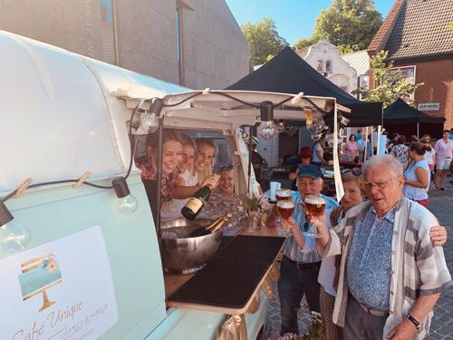 Die Premiere des Abendmarktes auf dem Kirchplatz war ein voller Erfolg. Schnell waren alle Sitzplätze im Schatten von St. Peter belegt.