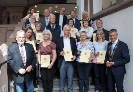 Pressefoto -  Bürgermeister Christoph Tesche  verlieh die Auszeichnungen an die EhrenamtlerInnen.