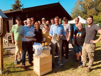 Zu einem angeregten Austausch über Bienen und deren Bedeutung für die Umwelt traf Bürgermeister Christoph Tesche zahlreiche Mitglieder des Imkervereins auf dem Lehrbienenstand am Ickerottweg in Suderwich. Foto: Stadt RE