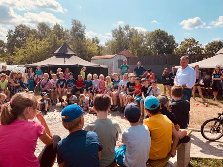 Die Bewohner von Paulihausen begrüßten Bürgermeister Christoph Tesche zu Beginn seines Besuchs überaus freundlich auf dem Gelände der Bauspielfarm.