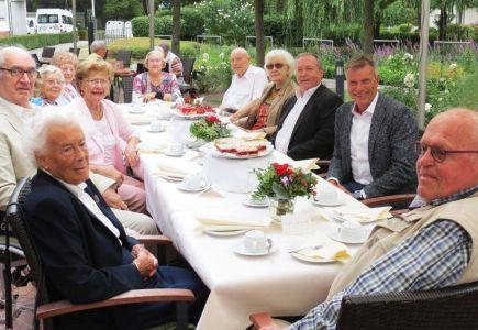 Zu Besuch in der Residenz - Bürgermeister Tesche erkundigt sich bei Senioren