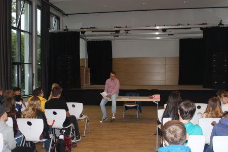 Pressefoto  Klimaschutzmanager Torben Stasch diskutierte angeregt mit den SchüleriInnen der Gesamtschule Suderwich über die Themen Klimaschutz und Nachhaltigkeit.