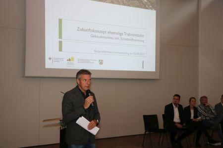 Bürgermeister Christoph Tesche begrüßte die Besucher bei der Bürgerinfo zum Abriss der Gebäude auf der Trabrennbahn.