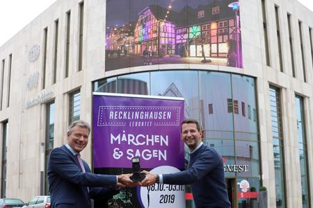 Pressefoto - Bürgermeister Christoph Tesche und Marius Ebel von der Arena Recklinghausen GmbH rufen BürgerInnen dazu auf, ihre schönsten RE-leuchtet-Fotos der vergangenen 13 Jahre einzuschicken.