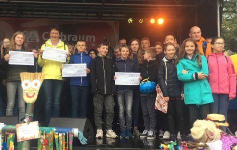 Nach der Siegerehrung auf dem Kirchplatz stellten sich alle erfolgreichen StadtradlerInnen mit Bürgermeister Christoph Tesche für ein Erinnerungsfoto auf.