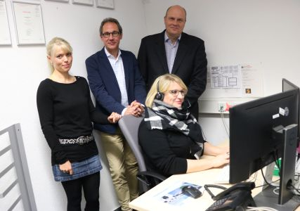 Pressefoto - Unterstützen den Weltrekordversuch - Anne Hübner, Projektleitung BKD GmbH, Lars Tottmann von der Arena RE GmbH, BKD-Geschäftsführer Christoph Bogs und Mitarbeiterin Ricarda Opalka.