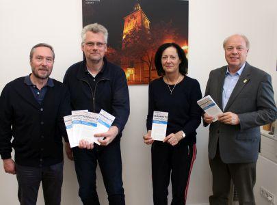 Stellten die Veranstaltungen und den Flyer vor: Jürgen Pohl, Leiter der VHS, Marc Gutzeit, Geschäftsführer des Stadtkomitees, Marina Hajjar, Fraktionsvorsitzende der CDU, und der Erste Beigeordnete Georg Möllers.