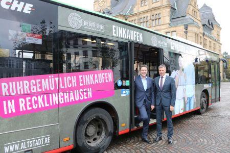 Gemeinsam stellten am Dienstag vor dem Rathaus Bürgermeister Christoph Tesche und Vestische-Geschäftsführer Martin Schmidt den Bus vor, der in den nächsten zwei Jahren in der Emscher-Lippe-Region auf verschiedenen Linien dafür wirbt, in der Guten Stube ruhrgemütlich einzukaufen. Foto - Stadt RE