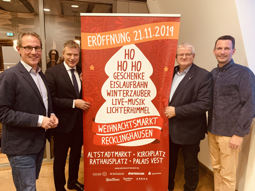 Stellten das Programm des diesjährigen Weihnachtsmarktes vor: Lars Tottmann von der Arena Recklinghausen GmbH (v.l.n.r.), Bürgermeister Christoph Tesche, der Beigeordnete Ekkehard Grunwald und Marius Ebel von der Arena Recklinghausen GmbH.