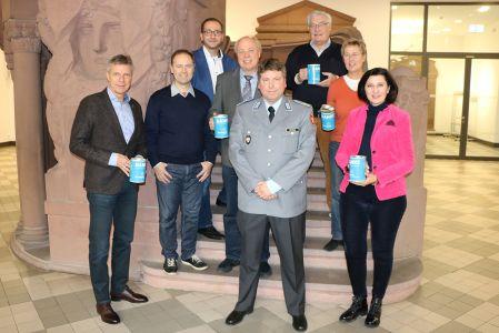 Pressefoto - Bürgermeister Christoph Tesche und Fabian Nötzold, stellv. Kreisvorsitzender der Kreisgruppe RE und Kreisbeauftragter für die Zusammenarbeit mit dem VDK, stellten mit VertreterInnen aus Politik und Verwaltung die wichtige Sammelaktion vor.