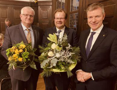 Blumen von Bürgermeister Christoph Tesche gab es nach den Wahlen im Rat für den neuen Beigeordneten Dr. Sebastian Sanders und Stadtkämmerer Ekkehard Grunwald, der ab dem 1. März 2020 das Amt des Ersten Beigeordneten übernimmt. Foto Stadt RE