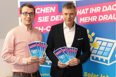 Pressefoto - Bürgermeister Christoph Tesche und Klimaschutzmanager Torben Stasch befürworten den Ausbau von Photovoltaik-Anlagen.