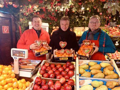 Auf viele Kunden hoffen Richard Abendroth, Christoph Tesche und Helmut Reißing beim Benefizverkauf am 8. Dezember auf dem Weihnachtsmarkt in der Altstadt. Foto Stadt RE