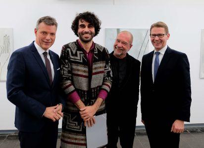 Pressefoto - Bürgermeister Christoph Tesche mit dem Künstler Ugur Ulusoy, Dr. Hans-Jürgen Schwalm, Leiter der Städtischen Museen, und Dr. Michael Schulte, Vorstand Sparkasse Vest Recklinghausen.