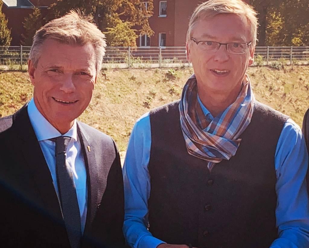 Bürgermeister Christoph Tesche und Schulleiter Michael Neckenig.