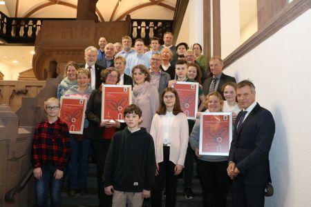 Pressefoto - Die GewinnerInnen des Klimaschutzpreises 2019 bekamen von Bürgermeister Christoph Tesche  und Dirk Wißel von innogy  im Rathaus ihre Urkunden überreicht.