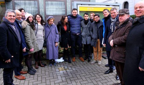 Mit Angehörigen der Familie Aron, Mitgliedern der Jüdischen Kultusgemeinde und Vertretern aus Politik, Verwaltung und Bürgerschaft wurden am Sonntag die Stolpersteine vor dem Haus Paulusstraße 6 eingeweiht.