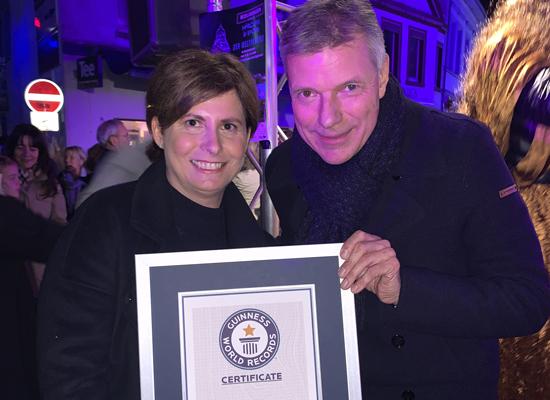 Bibliotheksleiterin Anke Link und Bürgermeister Christoph Tesche (v.l.) nahmen am 3. November 2019 die Guiness-World-Records-Urkunde entgegen und freuen sich jetzt über die Auszeichnung der Stiftung Lesen.