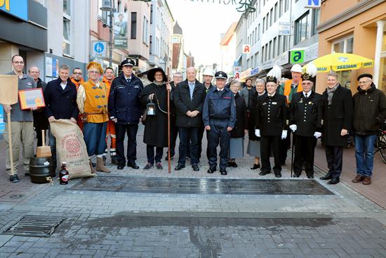 Bürgermeister Christoph Tesche (3. v. l.) mit Vertretern aus Verwaltung und Politik bei der Enthüllung der Bodenplatte.