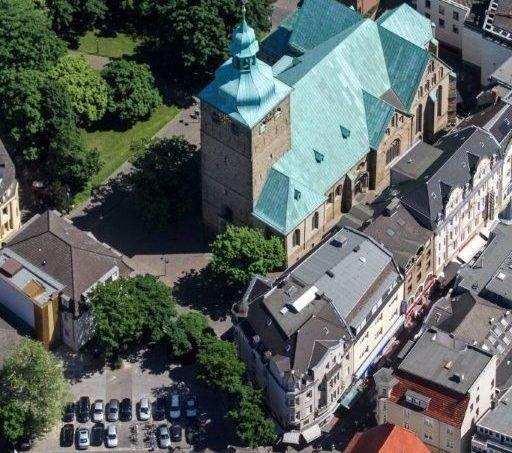 Luftbild Sankt Peter und Platz an der JJS