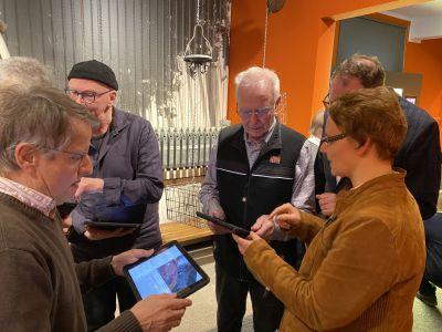 Pressefoto: Dr. Angelika Böttcher (r.) erlebt mit den Bergmännern Rolf Euler (l.) und Dieter Willwerth (Mitte) die Bergbau-Ausstellung der RETRO STATION nochmal ganz neu. Möglich macht es die neu entwickelte AR-App.