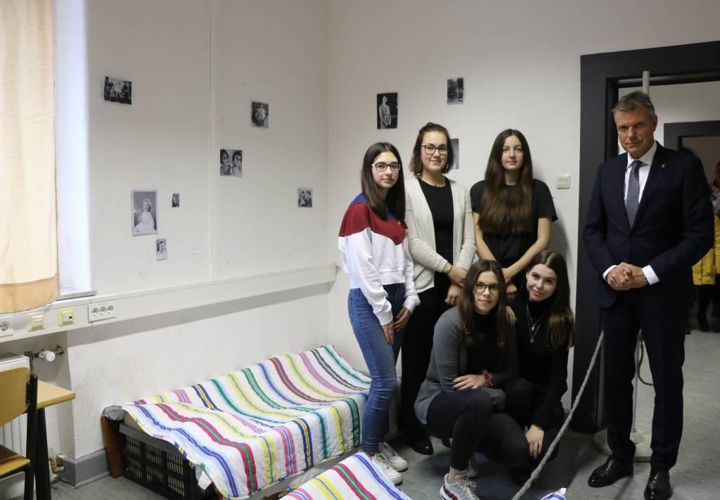 Schülerinnen des Freiherr-vom-Stein-Gymnasiums führten Bürgermeister Christoph Tesche durch die Ausstellung. Unter anderem haben sie das Zimmer nachgestaltet, in dem Anne Frank sich versteckt hielt.
