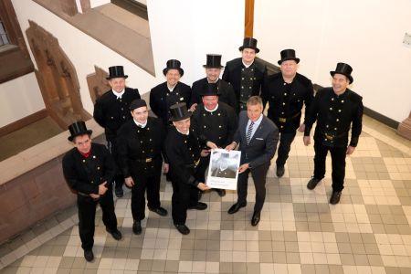 Pressefoto: Die Schornsteinfeger besuchten Bürgermeister Christoph Tesche im Rathaus.
