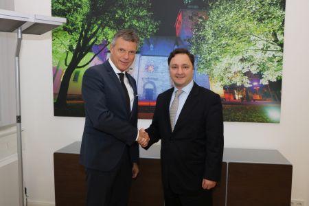 Pressefoto: Bürgermeister Christoph Tesche (links) empfing den türkischen Generalkonsul aus Münster Ahmet Faik Davaz im Rathaus. Foto: Stadt RE.
