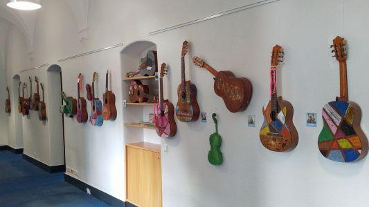 Pressefoto: Im Bereich Musik & Kreativität können BesucherInnen der Musikschule die Kunst mit und an Instrumenten bewundern.