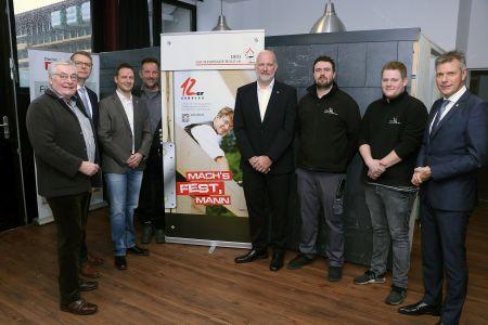 Pressefoto: Bürgermeister Christoph Tesche (r.) zeigte sich von der Vorstellung des Unternehmens durch Vertretern der DEG Dach-Fassade-Holz eG begeistert.