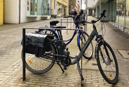 Pressefoto: Die neuen Fahrradbügel vor der Stadtbibliothek sind einsatzbereit.