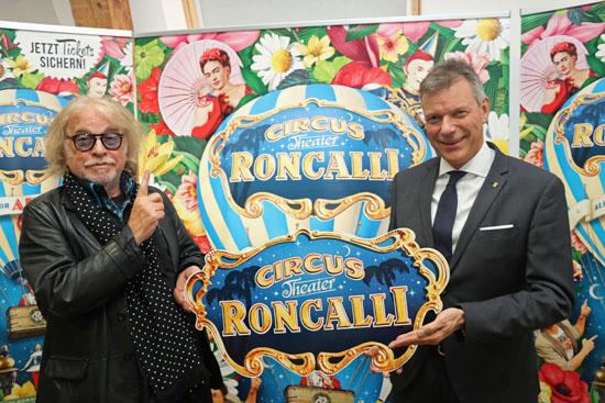 Bernhard Paul und Bürgermeister Christoph Tesche freuen sich auf die Roncalli-Premiere auf dem Konrad-Adenauer-Platz. Foto: Stadt RE