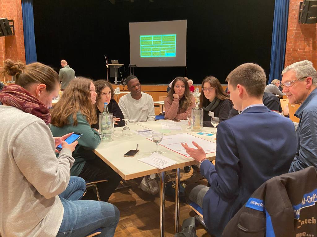 Das Kinder- und Jugendparlament beim Brainstorming zur Entwicklung konkreter Maßnahmen.