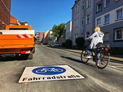 Pressefoto: Auf der Görrestraße verdeutlichen nun entsprechende Piktogramme auf dem Asphalt die Fahrradstraße.