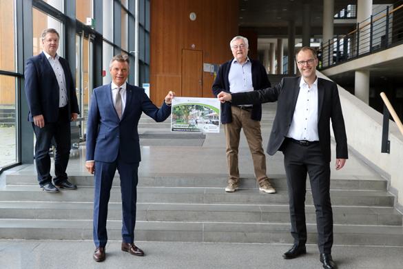 Mit Abstand präsentierten Bürgermeister Christoph Tesche (vorne v.l.n.r) und Prof Dr. Bernd Kriegesmann, Präsident der Westfälischen Hochschule, gemeinsam mit Jörg Smolka, Abteilungsleiter Wirtschaftsförderung, (hinten v.l.n.r) und FDP-Fraktionschef Udo Schmidt.