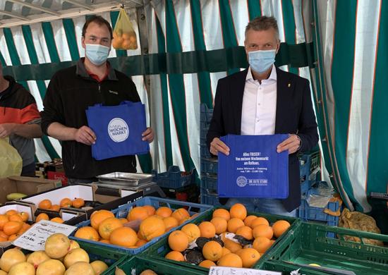 Gemeinsam mit Obst- und Gemüsehändler Jan Abels stellte Bürgermeister Christoph Tesche die neue Markttasche vor. Foto: Stadt RE